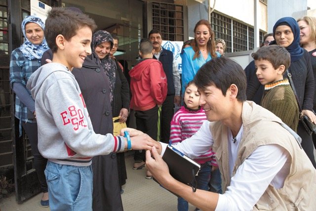 Jung Woo-sung visiting refugee camp in Lebanon