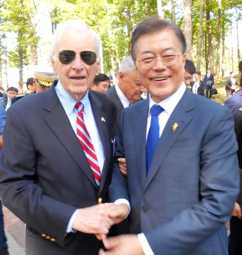 Bob Lunney, former officer SS Meredith Victory during the Heungnam Evacuation, with President Moon