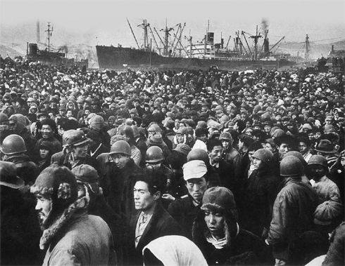 Refugees waiting to evacuate at Hungnam