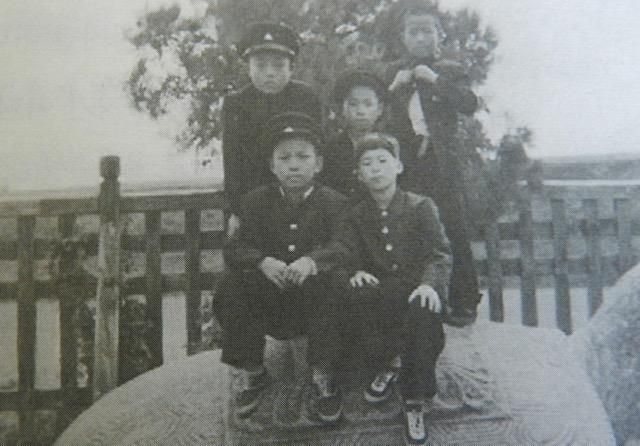 Lee In-Jae 6th grade friends, 1955.